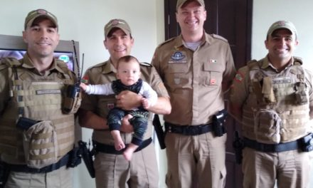 Policiais do 19º BPM reencontram bebê que salvaram em Araranguá