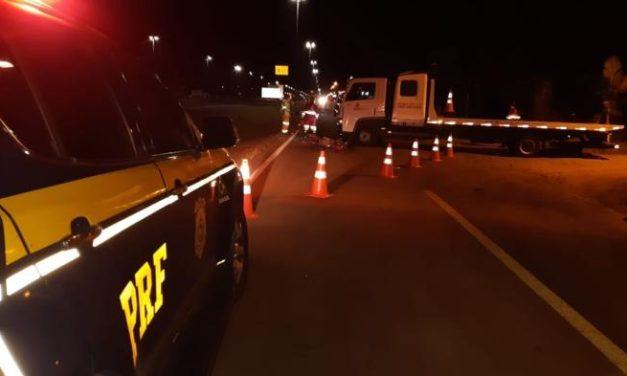 Motociclista morre e ciclistas ficam gravemente feridos em acidente na BR-101, em Torres