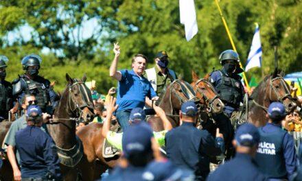 Montado em cavalo, Bolsonaro participa de ato contra o STF em novo protesto em Brasília