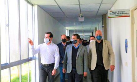 Governador conhece ala que receberá mais 10 leitos de UTI no Hospital Regional de Araranguá