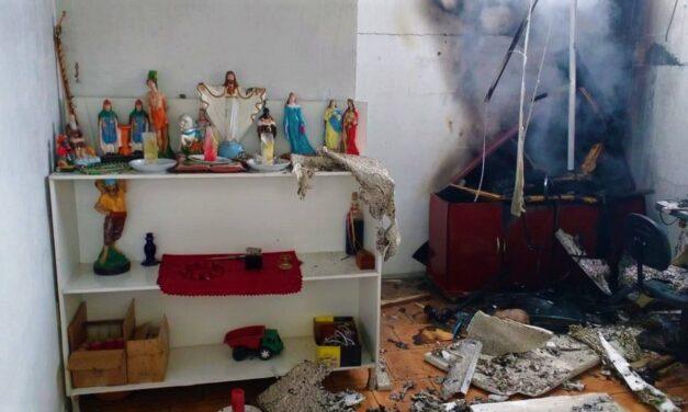 Bíblia e imagens de santos resistem a incêndio em SC e surpreendem bombeiros