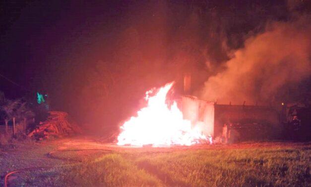 Bombeiros combatem incêndio em estufa de fumo no início deste domingo