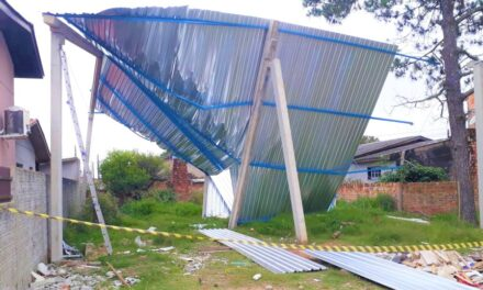 Trabalhador sofre queda de telhado de pavilhão em construção em Sombrio