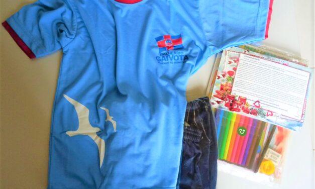 Balneário Gaivota entrega uniformes e kits escolares