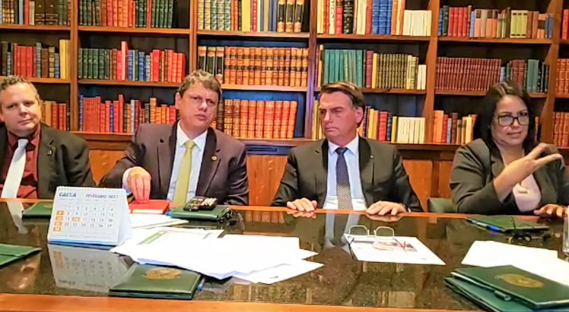 Presidente Jair Bolsonaro diz que impostos federais sobre gás e diesel serão zerados