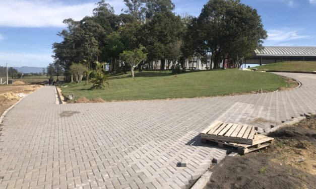 Parque de eventos de Santa Rosa do Sul recebe acessos e calçadas