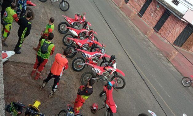 Jacinto Machado recebe moto-trilheiros na comunidade de Serra da Pedra